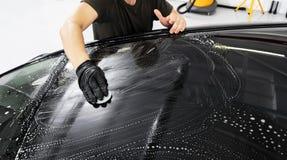 Ένα καθαρίζοντας αυτοκίνητο ατόμων με το ύφασμα Αυτοκίνητο που απαριθμεί την έννοια Εκλεκτική εστίαση Απαρίθμηση αυτοκινήτων Καθα στοκ φωτογραφία με δικαίωμα ελεύθερης χρήσης