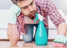 Ένα καθαρίζοντας πάτωμα παρκέ ατόμων με το σφουγγάρι στοκ φωτογραφία με δικαίωμα ελεύθερης χρήσης