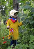 Ένα καλάθι λουλουδιών του δασικού παιδικής ηλικίας ομορφιάς πορτρέτου πράσινου προσώπου εγκαταστάσεων δέντρων ανθρώπων χλόης άνοι Στοκ Εικόνα