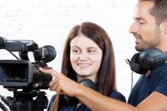 Ένα καμεραμάν και μια γυναίκα με μια κάμερα κινηματογράφων Στοκ Εικόνες