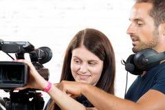 Ένα καμεραμάν και μια νέα γυναίκα με τη κάμερα Στοκ εικόνες με δικαίωμα ελεύθερης χρήσης