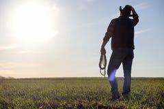 Ένα καπέλο κάουμποϋ ατόμων και ένα loso στον τομέα Αμερικανικός αγρότης σε ένα φ Στοκ Εικόνα