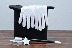 Ένα καπέλο μάγων με ένα ζευγάρι των γαντιών, μιας ράβδου, των καρτών και ενός αστεριού στοκ φωτογραφία με δικαίωμα ελεύθερης χρήσης
