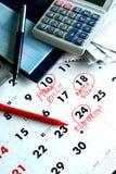Ένα καρνέ επιταγών, λογαριασμοί, ένας υπολογιστής και ένα ημερολόγιο Στοκ φωτογραφία με δικαίωμα ελεύθερης χρήσης
