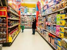 Μητέρα και παιδί σε ένα κατάστημα παιχνιδιών Στοκ εικόνα με δικαίωμα ελεύθερης χρήσης
