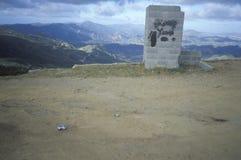 Ένα κατά ένα μεγάλο μέρος κενό μέρος με μια άποψη των βουνών Στοκ φωτογραφία με δικαίωμα ελεύθερης χρήσης