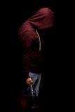 Ένα καταθλιπτικό άτομο με ένα μπουκάλι του ουίσκυ σε ένα μαύρο υπόβαθρο Οι άνθρωποι κάνουν κακή χρήση και τα προβλήματα αλκοολισμ Στοκ φωτογραφία με δικαίωμα ελεύθερης χρήσης