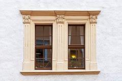 Ένα καφετί, ξύλινο παράθυρο Στοκ εικόνες με δικαίωμα ελεύθερης χρήσης