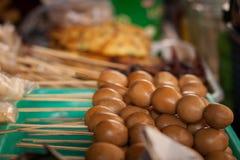 Ένα καφετί χρώμα τροφίμων οδών αυγών sate angkringan Στοκ Εικόνες
