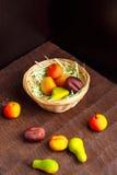 Ένα καλάθι των σοκολατών από το αμυγδαλωτό Στοκ φωτογραφία με δικαίωμα ελεύθερης χρήσης