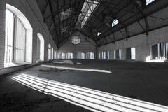 Ένα κενό έρημο βιομηχανικό κτήριο μέσα στοκ εικόνες