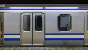 Ένα κενό τραίνο σε έναν σταθμό μετρό στοκ εικόνες με δικαίωμα ελεύθερης χρήσης