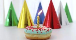 Ένα κερί με την πυρκαγιά doughnut απόθεμα βίντεο
