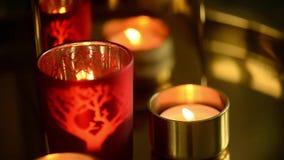 Ένα κερί που καίει σε ένα κόκκινο κηροπήγιο Συναίσθημα της ζεστασιάς και της άνεσης φιλμ μικρού μήκους