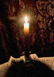 Ένα κερί σε ένα κηροπήγιο γυαλιού ελεύθερη απεικόνιση δικαιώματος