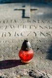Ένα κερί στις ταφόπετρες Στοκ εικόνα με δικαίωμα ελεύθερης χρήσης