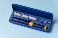 Ένα κιβώτιο με ένα σύνολο βελόνων, ένα φιαλλίδιο με μια ιατρική προετοιμασία και μια σύριγγα για τις υποδόριες εγχύσεις Στοκ Εικόνες