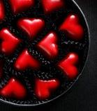 Ένα κιβώτιο των σοκολατών με μορφή των καρδιών, το τέλειο δώρο για την ημέρα βαλεντίνων ` s, τοπ άποψη Στοκ φωτογραφία με δικαίωμα ελεύθερης χρήσης