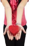 Ένα κιβώτιο δώρων στο κορίτσι χεριών Στοκ φωτογραφία με δικαίωμα ελεύθερης χρήσης