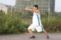 Ένα κινεζικό άτομο που κάνει Kung-kung-fu Στοκ Εικόνες
