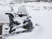 Ένα κινητό σταθμευμένο εξωτερικό χιονιού καλύπτεται στο χιόνι Στοκ εικόνες με δικαίωμα ελεύθερης χρήσης