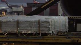 Ένα κινούμενο φορτίο σε ένα προαύλιο αερολιμένων φιλμ μικρού μήκους