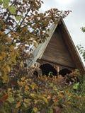 Ένα κλασικό ξύλινο σπίτι με το φύλλωμα πτώσης Στοκ εικόνα με δικαίωμα ελεύθερης χρήσης