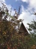 Ένα κλασικό ξύλινο σπίτι με το φύλλωμα πτώσης Στοκ φωτογραφίες με δικαίωμα ελεύθερης χρήσης