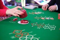 Ένα κλασικό craps χαρτοπαικτικών λεσχών παιχνίδι Στοκ φωτογραφία με δικαίωμα ελεύθερης χρήσης