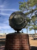 Ένα κομμάτι ενός αεροπλάνου τοποθετείται στις στάσεις μνημείων αεροπόρων Tuskegee στη βάση τομέων αέρα στρατού Walterboro στη νότ Στοκ Εικόνα