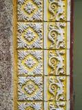 Ένα κομμάτι ενός παλαιού κίτρινου floral κεραμικού κεραμιδιού στην Πορτογαλία Στοκ φωτογραφία με δικαίωμα ελεύθερης χρήσης