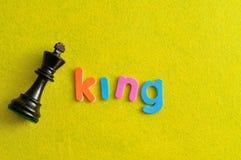 Ένα κομμάτι σκακιού βασιλιάδων με το βασιλιά λέξης Στοκ Φωτογραφίες