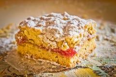 Ένα κομμάτι της ξυμένης πίτας με την πλήρωση φραουλών Στοκ Εικόνες