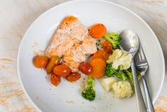 Ένα κομμάτι της ψημένης στη σχάρα μπριζόλας σολομών με τα λαχανικά Στοκ Εικόνες