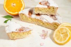 Ένα κομμάτι της neapolitan πίτας Πάσχας που ψεκάζεται με τη ζάχαρη τήξης και που διακοσμείται με το άνθος αμυγδάλων και ένα φρέσκ Στοκ φωτογραφίες με δικαίωμα ελεύθερης χρήσης