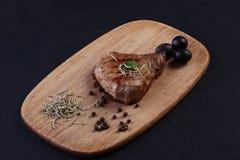 Ένα κομμάτι του ακατέργαστου κρέατος με το κρεμμύδι, το σκόρδο και το δεντρολίβανο Στοκ Φωτογραφίες