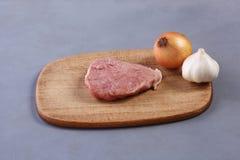 Ένα κομμάτι του ακατέργαστου κρέατος Στοκ φωτογραφία με δικαίωμα ελεύθερης χρήσης