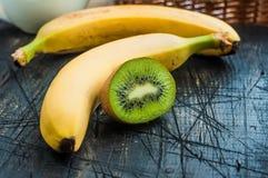 Ένα κομμάτι του ακτινίδιου με τις μπανάνες Στοκ Εικόνες