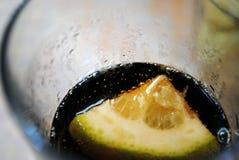 Ένα κομμάτι του λεμονιού στο γυαλί με την κόλα Στοκ εικόνα με δικαίωμα ελεύθερης χρήσης