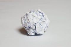 Ένα κομμάτι του λευκού τσαλάκωσε επάνω το χαρτί Στοκ Φωτογραφίες
