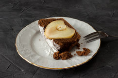 Ένα κομμάτι του κέικ σοκολάτας με το αχλάδι στοκ φωτογραφίες με δικαίωμα ελεύθερης χρήσης