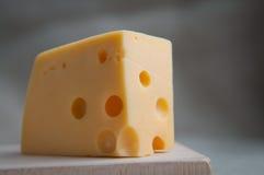 Ένα κομμάτι του τυριού maasdam με τις τρύπες εξυπηρέτησε στο αγροτικό ύφος σε έναν ξύλινο πίνακα κλείστε επάνω Τρόφιμα Eco, γεύμα Στοκ φωτογραφία με δικαίωμα ελεύθερης χρήσης
