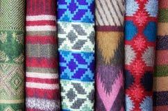 Ένα κομμάτι του υφάσματος με τα διάφορα ζωηρόχρωμα σχέδια και το χρώμα Στοκ φωτογραφίες με δικαίωμα ελεύθερης χρήσης