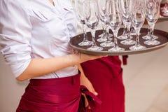 Ένα κομψό επιχειρησιακό χέρι σερβιτόρων στοκ φωτογραφίες