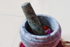 Ένα κονίαμα και ένα γουδοχέρι ή lesung batu σε της Μαλαισίας με τα συντριμμένα τσίλι, τα τηγανισμένες κρεμμύδια και την κόλλα γαρ Στοκ Φωτογραφίες