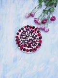 Ένα κοντός-κέικ με τα λουλούδια Στοκ εικόνα με δικαίωμα ελεύθερης χρήσης