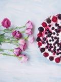 Ένα κοντός-κέικ με τα λουλούδια Στοκ εικόνες με δικαίωμα ελεύθερης χρήσης