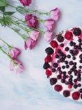 Ένα κοντός-κέικ με τα λουλούδια Στοκ Φωτογραφίες