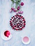 Ένα κοντός-κέικ με τα λουλούδια Στοκ φωτογραφία με δικαίωμα ελεύθερης χρήσης