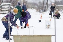 ένα κορίτσι για να εκπαιδεύσει τον κάλαμο Corso, η οδός το χειμώνα, στοκ φωτογραφία με δικαίωμα ελεύθερης χρήσης